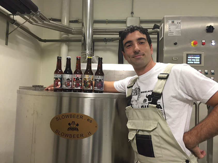 Borja Lara, miembro de la empresa Morlaco Beer, en la microcervecería Slowbeer,con las cervezas que elabora
