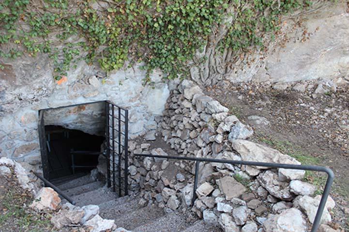 Entrada a la Cova de Can Sadurní